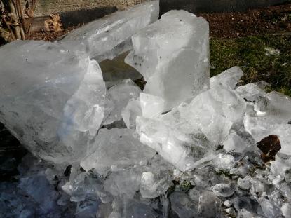 Eisstücke aus frostgesprengtem Regenfass; Februar 2012