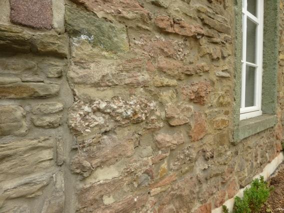 Menden, Mauer der Alten Pastorat mit Konglomerat-Steinen