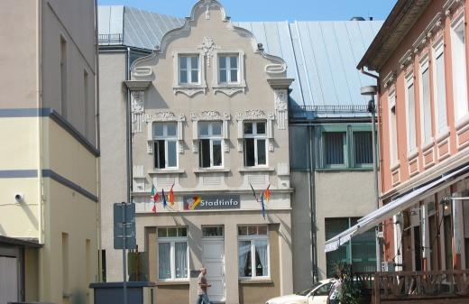 Menden, Wasserstr./Bahnhofstr. mit alter in neuer Fassade  am Rathaus; Mai 2008