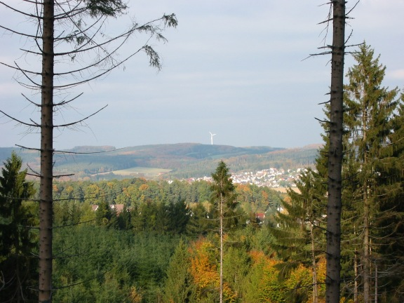Menden, Ausblick von Südwest auf Windrad in Oesbern
