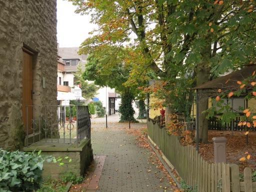 Menden, verlängerte Turmstr. / Fußweg mit Poenigeturm