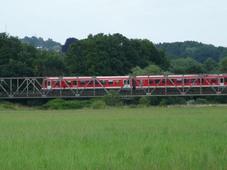 Zug der Hönnetalbahn auf Ruhrbrücke