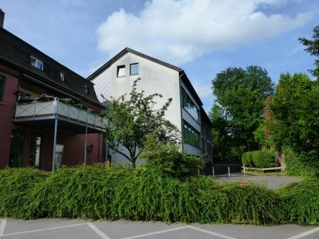 Rückseite Josefschule mit Ex-VHS-Gebäude