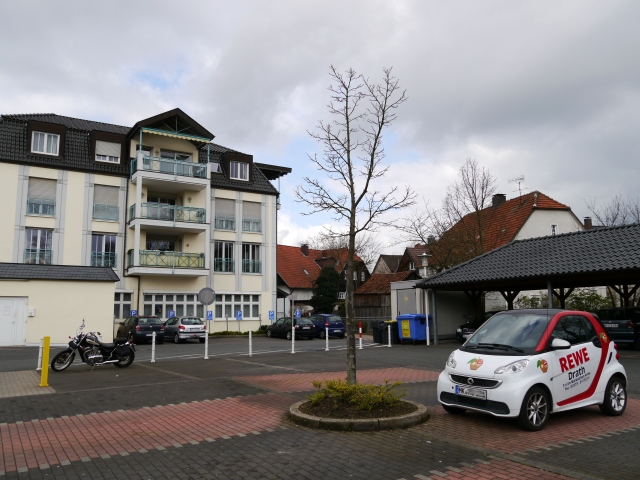 Menden, vorderer Rewe- und Post-Parkplatz mit Rückseite unterer Südwall