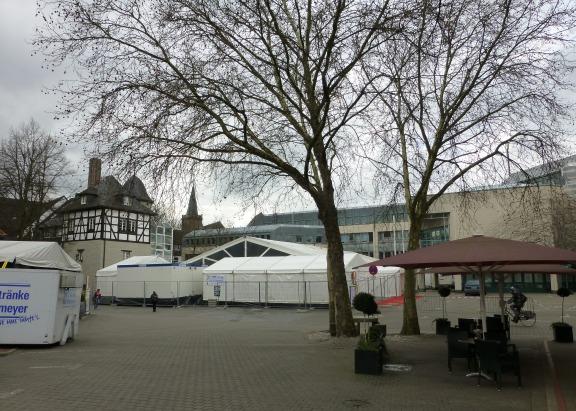 Menden, Rathausplatz mit Karnevalszelt