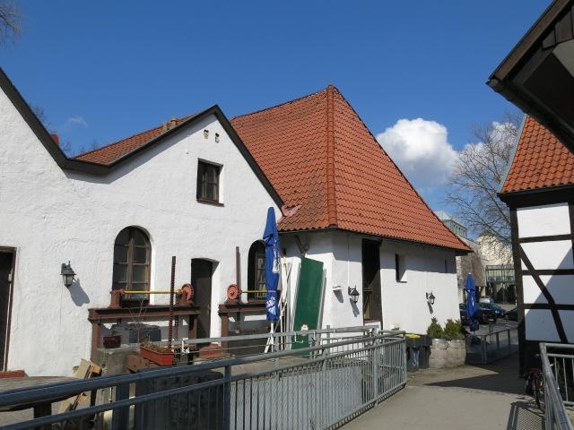 Menden, Rückseite der Mühle, mit Fußgängerbrücke