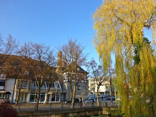 über Mühlengraben auf mittlere Bahnhofstr. mit Ex-Schloss und Rathausplatz
