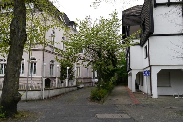 """Durchgang/Fußweg von unterer Bahnhofstr. zum Westwall, mit """"Bömmel'schem Haus"""" (links); April 2014; auf Suchkarte 2, E/5"""
