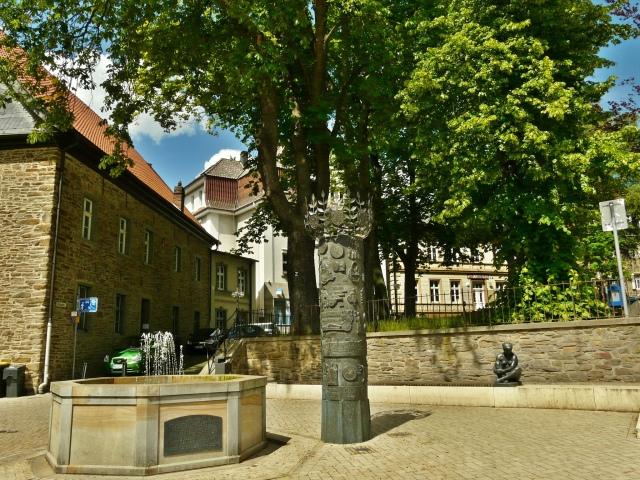 Menden; Stadtbrunnen, Geschichtssäule am hinteren Marktplatz