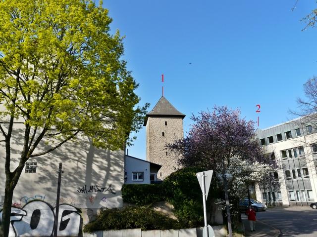 von der Tiefgarageneinfahrt auf Poenigeturm und Neues Rathaus