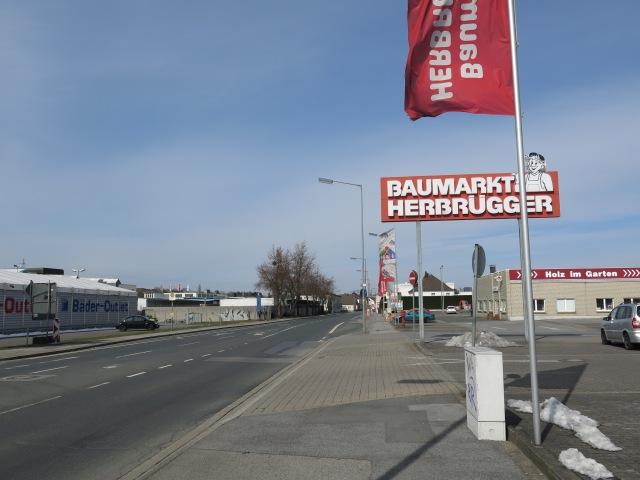 mittlere Fröndenberger Str. mit Herbrügger-Parkplatz und Fliesen-Outlet