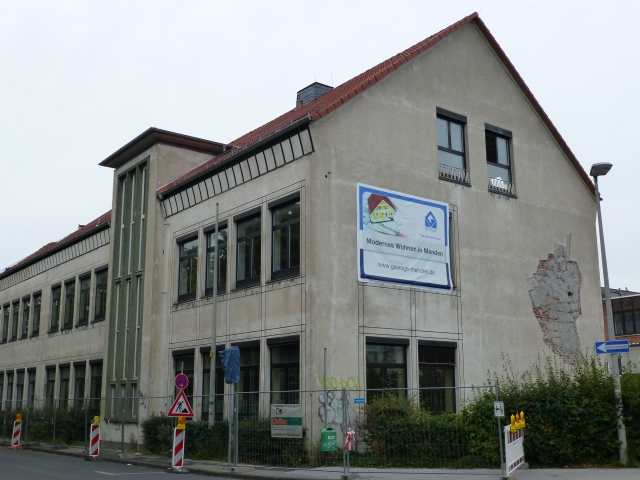 Regenbogenschule kurz vor Abriss, mit schon abgebautem Mosaik