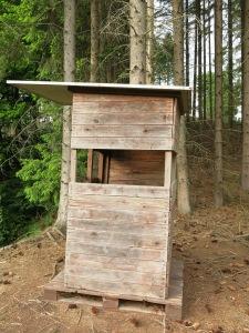 niedriger Jäger-Hochsitz auf Hügel-Sporn über dem Limbergsbach