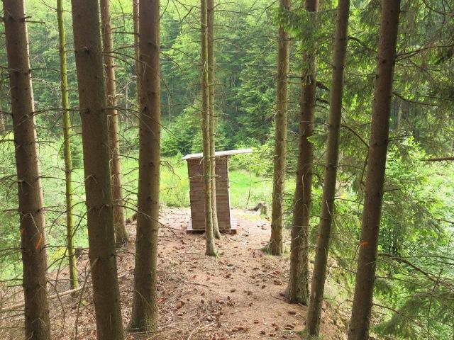 Jagd-Hochsitz auf Hügel-Sporn über dem Limbergsbach