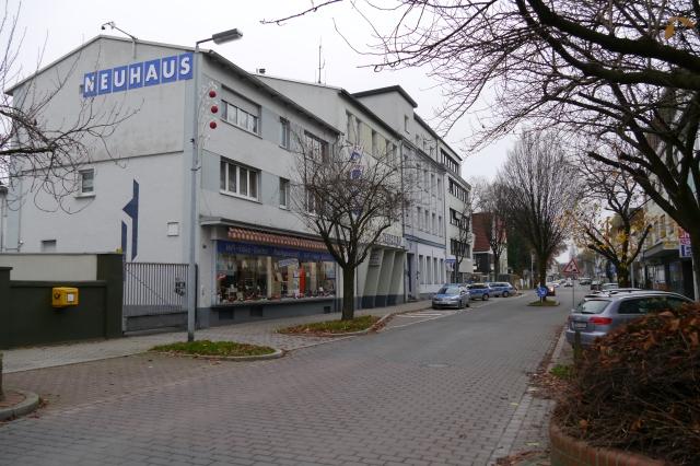 mittlere Kolpingstr. mit Neuhaus und Polizei