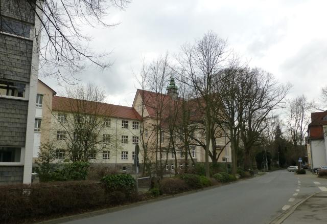 Walram-Gymnasium, Schulhof von mittlerer Walramstr., mit Alt- und Neubauten