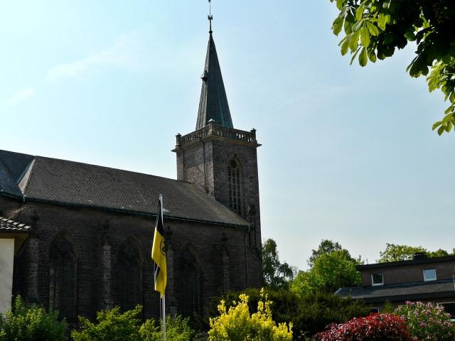 Heilig-Geist-Kirche von Pastor-Quade-Str.; am Tag, als der BVB Meister wurde