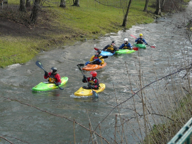 Kanuten mit Blick auf das Wasserrad