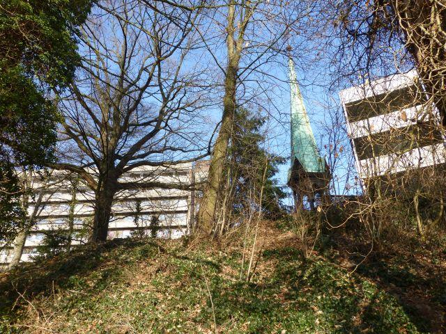 im Krankenhauspark, von der Böschung auf Turmspitze der Ex-Kapelle Gebäude