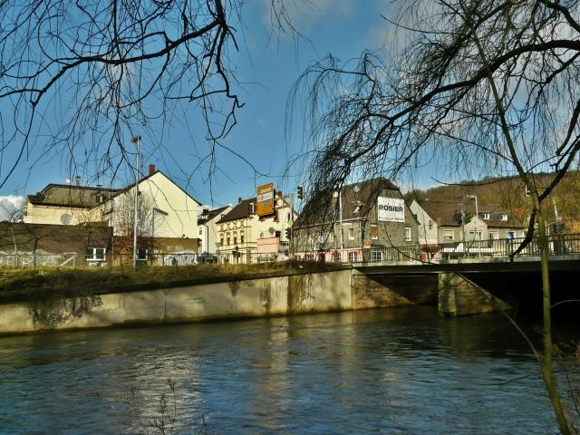 Hönne zwischen Kettenschmiede und Brücke und Kreuzung Battenfeld