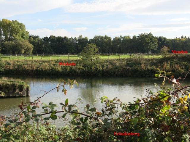 Mündung Wickeder Obergraben in Ruhr, dahinter Wiesen zwischen Beringhof und Brakel; hinten ganz rechts Stadtgrenze