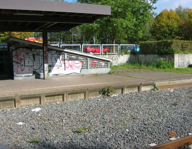 zwischen den Zugängen zur Bahnsteigunterführung