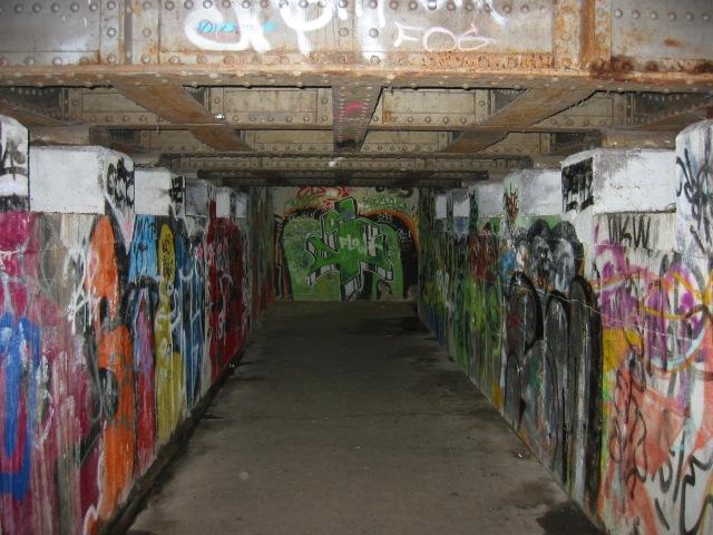 in der Bahnsteigunterführung voller Grafitti