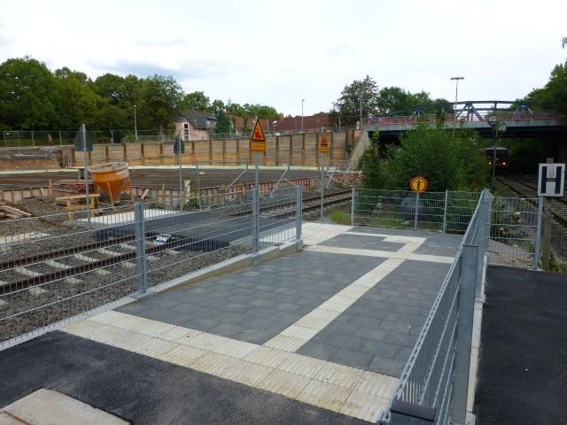 neuer Bahnsteigzugang vor Baustelle auf ehem. oberen Bahnhofsparkplatz