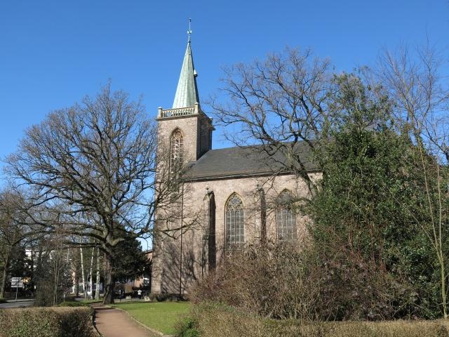 Heilig-Geist-Kirche mit Park, neben Bodelschwinghstr.