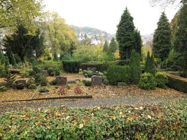 vom Friedhof-Parkplatz Lahrweg auf den Kath. Friedhof